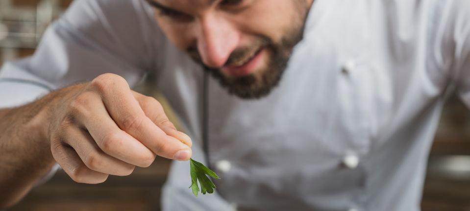 Kucharz przyprawiający danie