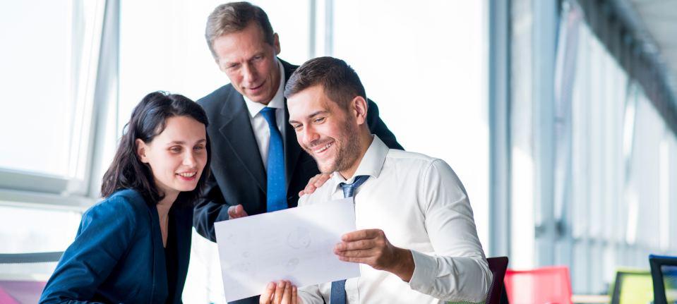 pracownicy pokazujący, projekt swojemu managerowi